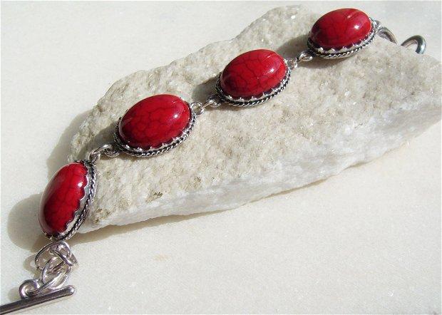 Bratara reglabila cu turcoaz reconstituit vopsit rosu in montura din metal argintiu satinat