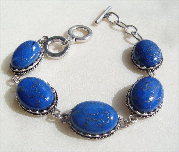 Bratara reglabila cu turcoaz reconstituit vopsit albastru in montura din metal argintiu satinat